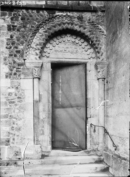 Façade ouest : porte latérale gauche