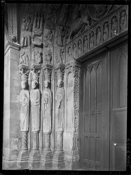 Façade sud, portail : ébrasement gauche