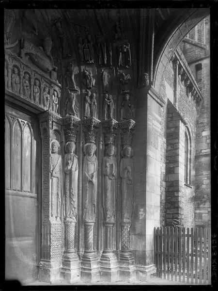 Façade sud, portail : statues de l'ébrasement gauche