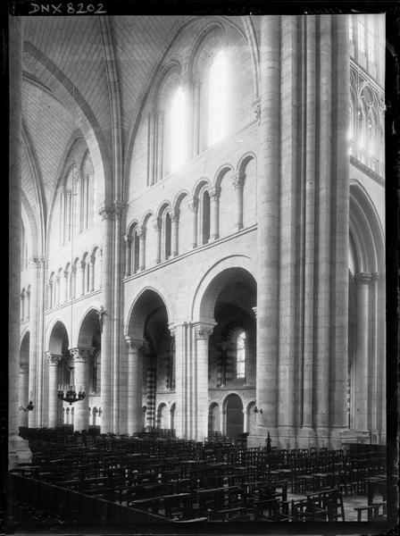 Intérieur : deux travées de la nef vers le nord-ouest, pile nord-ouest de la croisée du transept