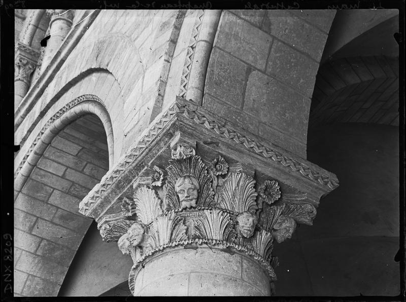 Intérieur, nef côté sud : chapiteau sculpté de feuillages et de têtes humaines