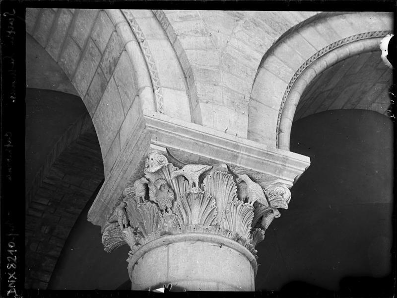 Intérieur, nef côté nord : chapiteau sculpté de feuillages et d'oiseaux