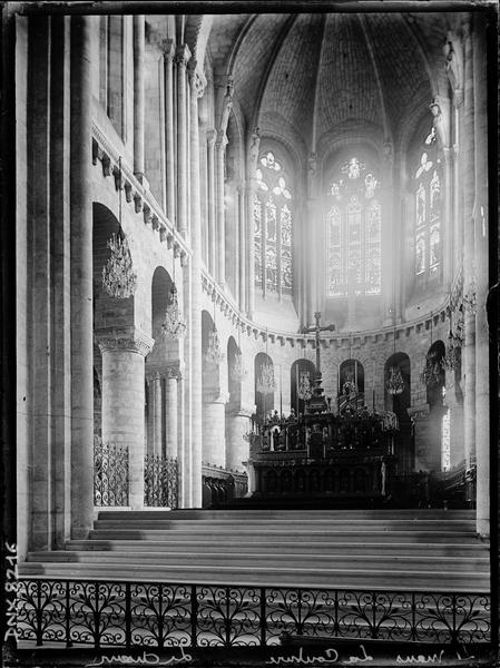 Intérieur : choeur et maître-autel