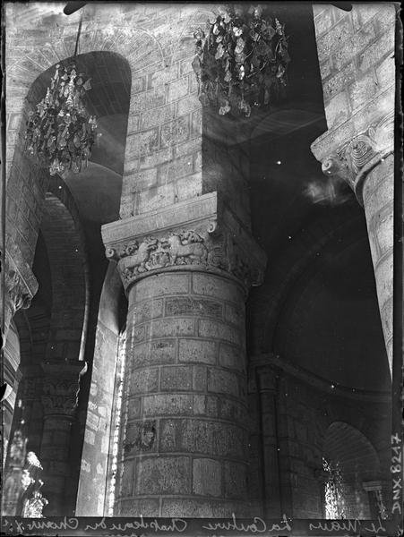 Intérieur, choeur : colonne et chapiteau sculpté d'un décor animalier