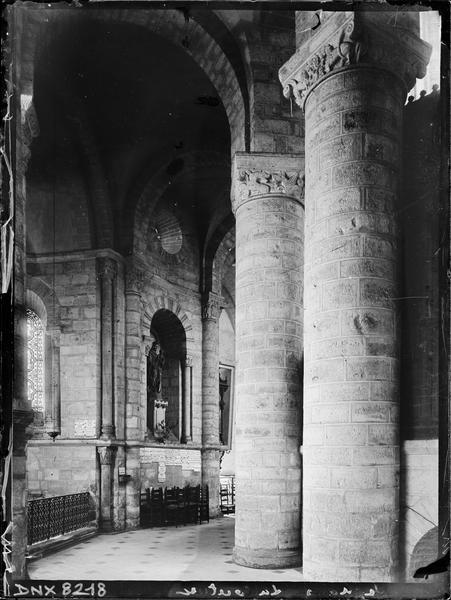 Intérieur, déambulatoire : colonnes et chapiteaux sculptés d'un décor animalier