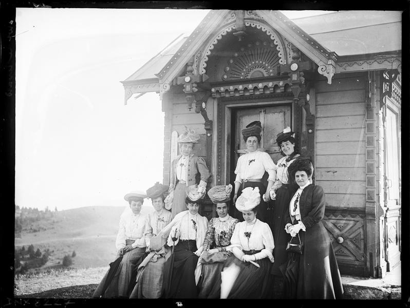 Portrait collectif : femmes portant chapeaux et robes longues