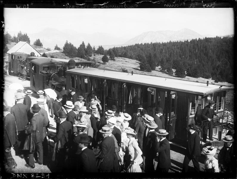 Chemin de fer du Mont Revard : arrivée au sommet, passagers descendant du wagon