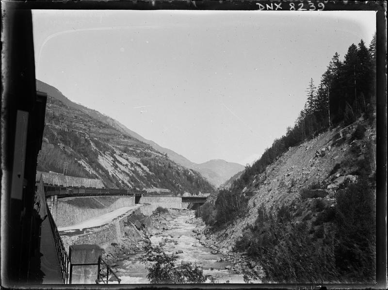 Paysage de montagne : ligne de Modane, train longeant l'Arc