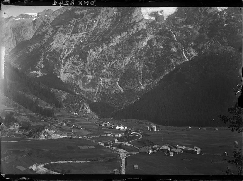 Paysage de montagne : chalets et route dans la vallée