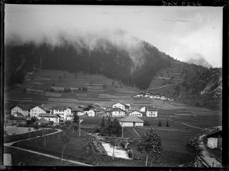 Paysage de montagne : chalets et champs cultivés