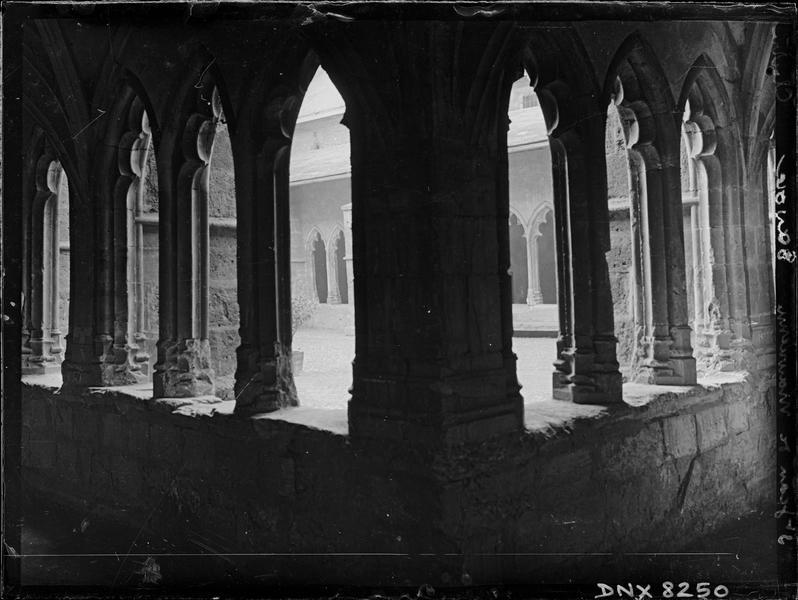 Intérieur : angle de deux galeries, pilier et arcatures polylobées