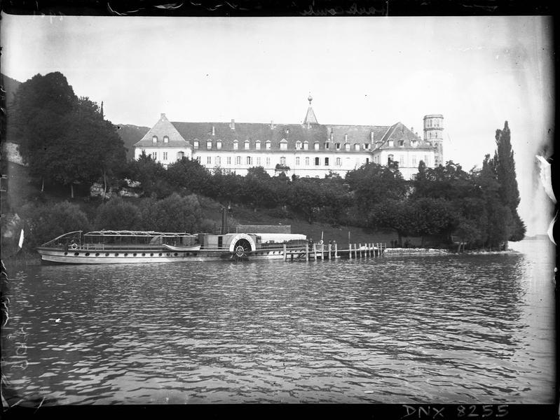 Vue d'ensemble au bord du lac, bateau à aube « La Savoie » amarré au débarcadère