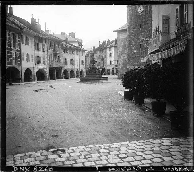 Place et rue bordées de maisons à arcades