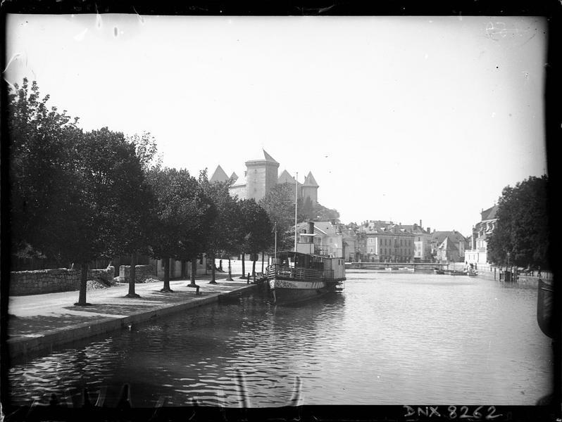 Tours et toitures en arrière-plan du port