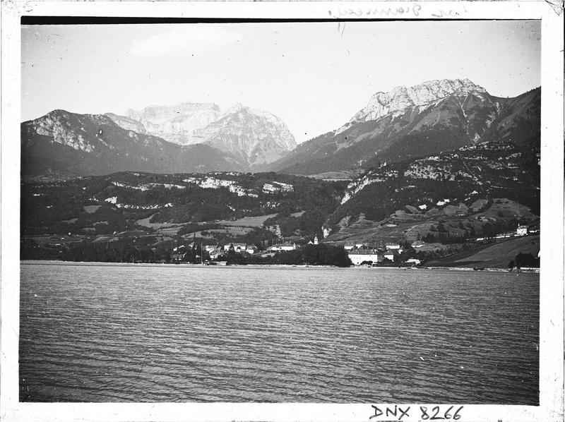 Bords du lac, montagnes à l'arrière-plan