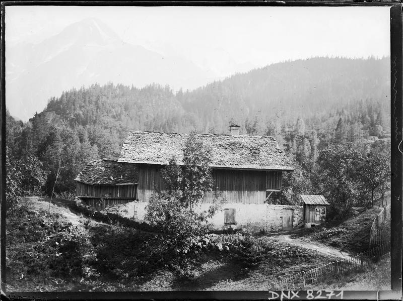 Paysage de montagne aux environs d'Annecy : chalet traditionnel