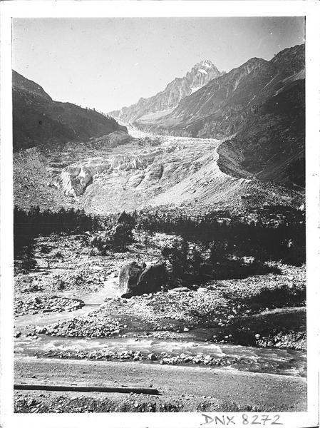 Paysage de montagne : torrent et amorce d'un glacier