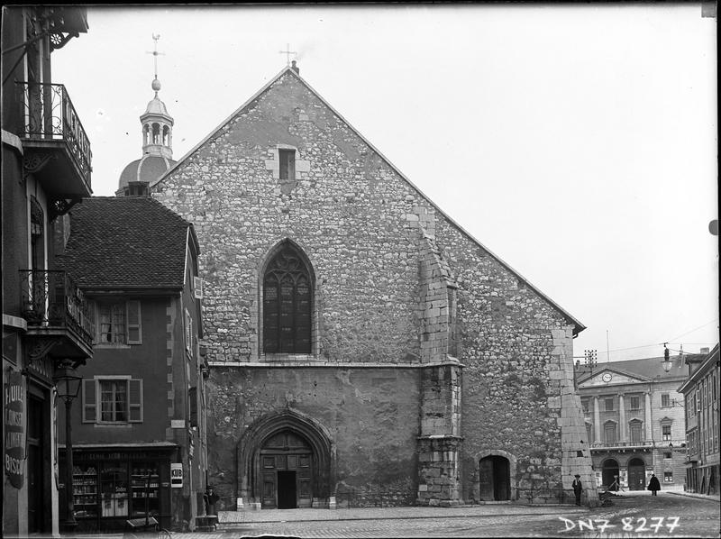 Façade ouest de l'église, et devanture de l'épicerie Montmasson