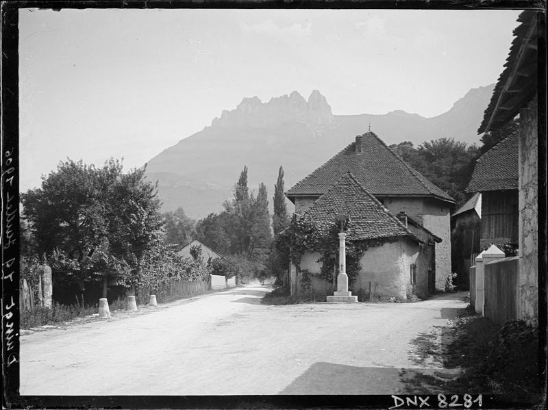 Rues, maisons et croix, les dents de Lanfon en arrière-plan