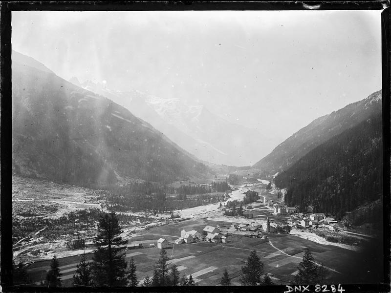 Paysage de montagne : le village d'Argentière et la vallée de l'Arve, vue plongeante