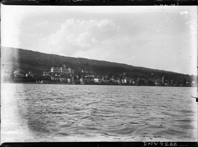 Vue générale de la ville au bord du lac, hôtel en arrière-plan