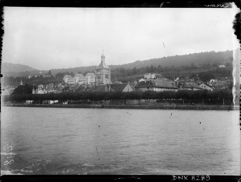 Bords du lac : clocher de l'église, hôtel en arrière-plan