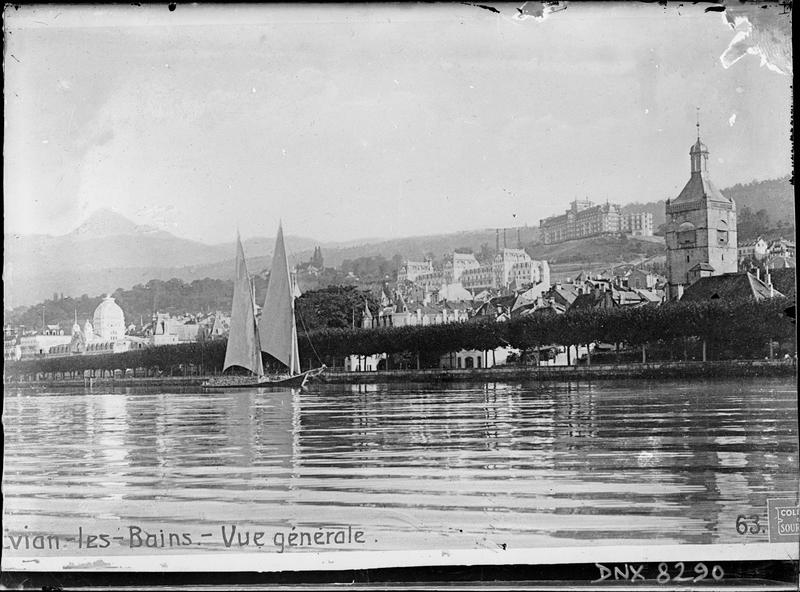Bords du lac : voilier, clocher de l'église, hôtels en arrière-plan
