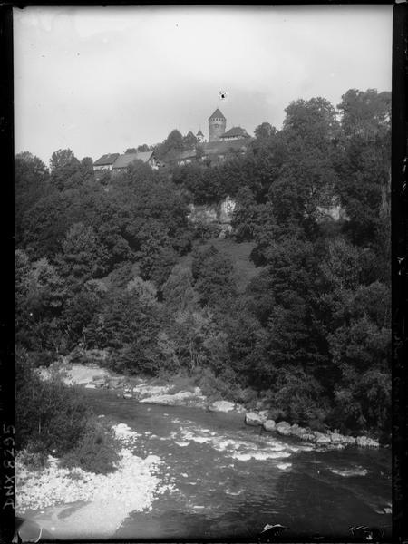 Entrée des gorges du Fier, château à l'arrière-plan