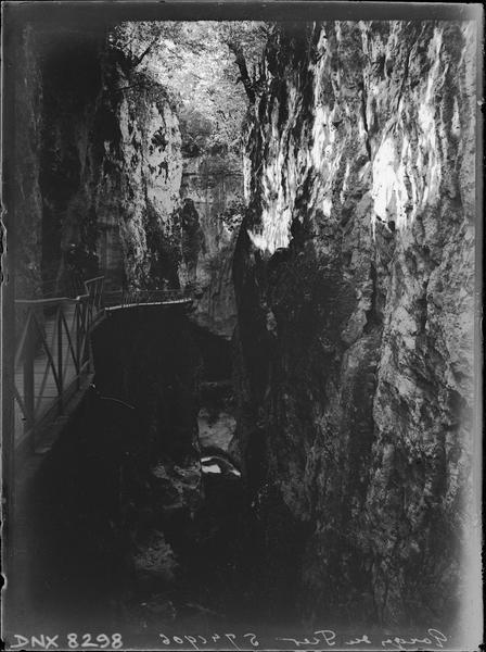 Intérieur des gorges du Fier : galerie suspendue