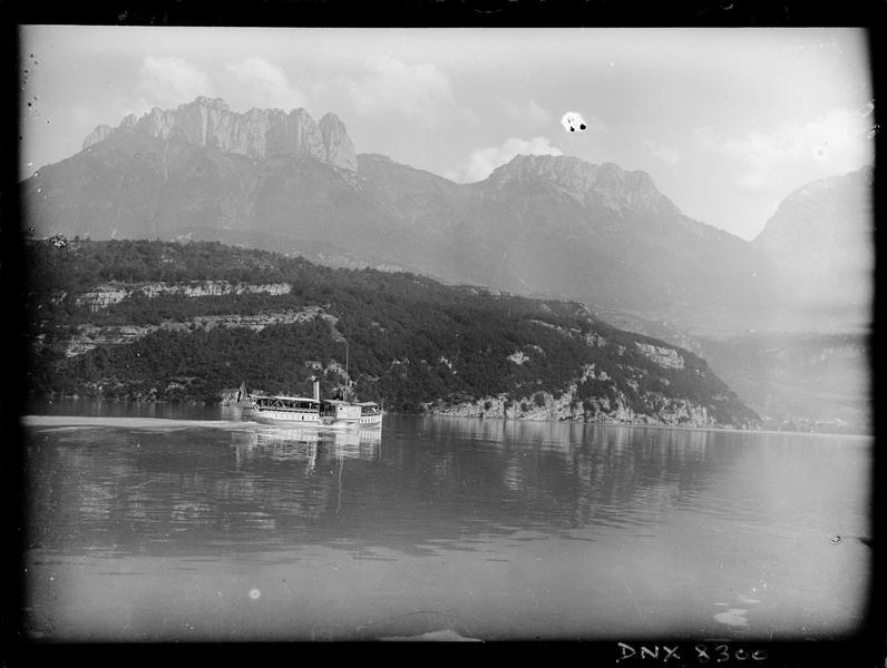 Bateau à aubes « Le Mont-Blanc » longeant le bord du lac entre Menthon-Saint-Bernard et Talloires, les dents de Lanfon en arrière-plan