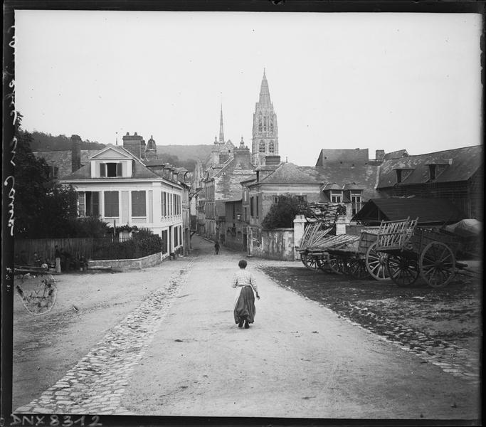Entrée de la ville, clocher de l'église en arrière-plan
