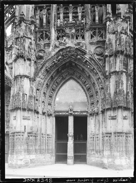 Façade ouest : portail central, vue axiale