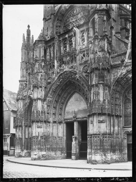 Façade ouest : portail central, vue diagonale prise de la droite