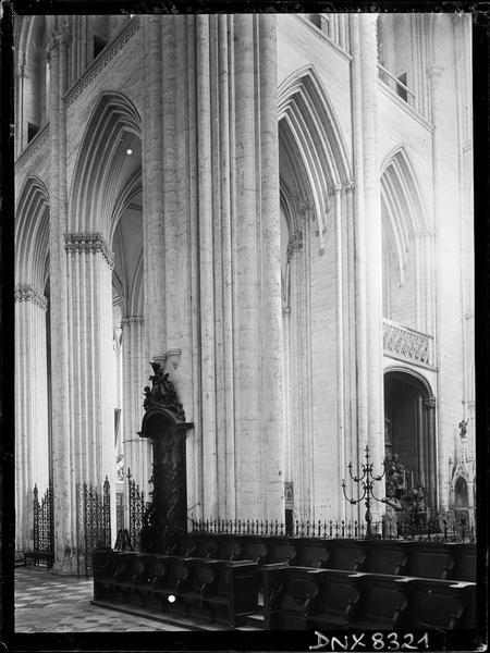 Eglise abbatiale, intérieur : angle du choeur et du croisillon sud, partie sud des stalles