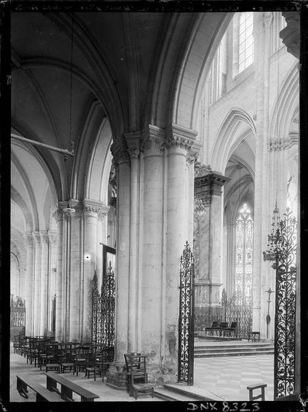 Eglise abbatiale, intérieur : partie du choeur prise du bas-côté nord
