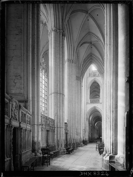 Eglise abbatiale, intérieur : déambulatoire et bas-côté sud