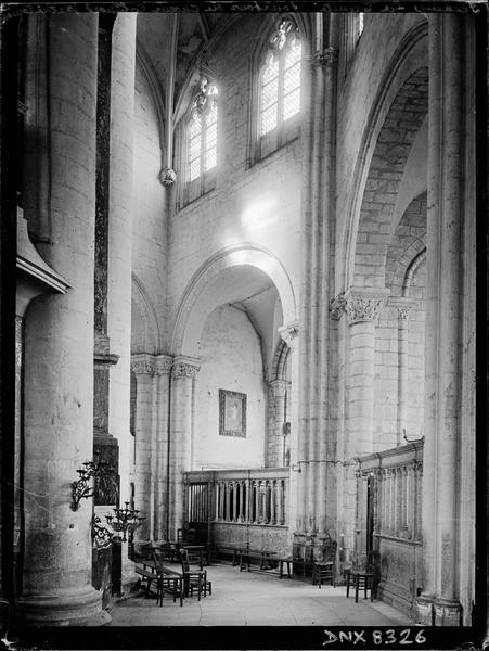 Eglise abbatiale, intérieur : côté nord du déambulatoire, partie romane