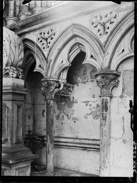 Eglise abbatiale, intérieur : piscine liturgique dans une chapelle du choeur