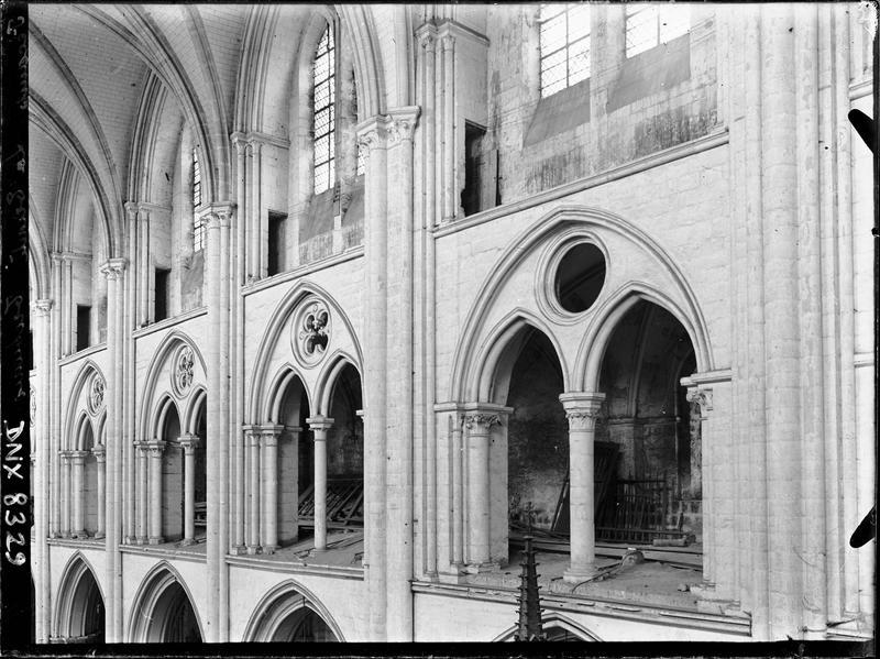 Eglise abbatiale, intérieur : tribunes et fenêtres hautes
