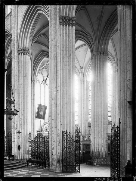 Eglise abbatiale, intérieur : partie du choeur et du bas-côté sud