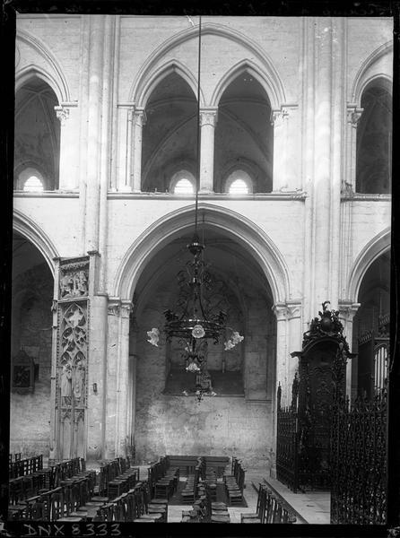 Eglise abbatiale, intérieur : vue transversale du choeur, grilles et tribunes