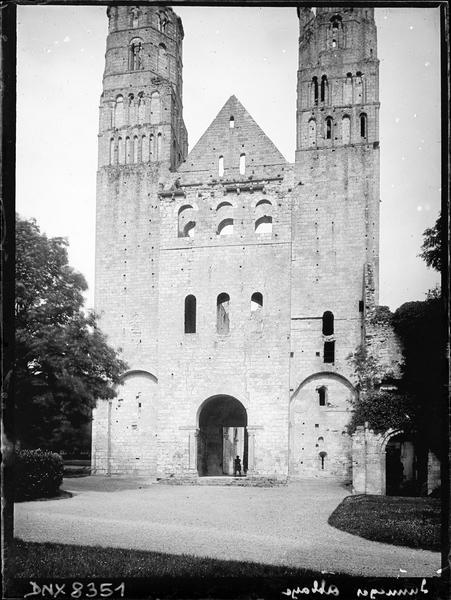 Ruines de l'église abbatiale : façade ouest