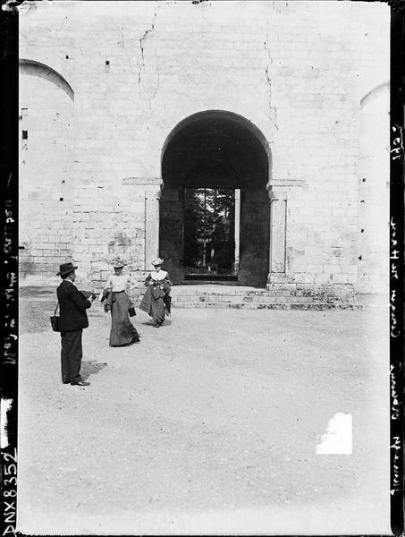 Ruines de l'église abbatiale, façade ouest : famille Jeanssen devant le portail central