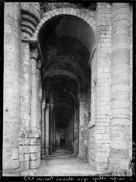Ruines de l'église abbatiale, intérieur : bas-côté nord