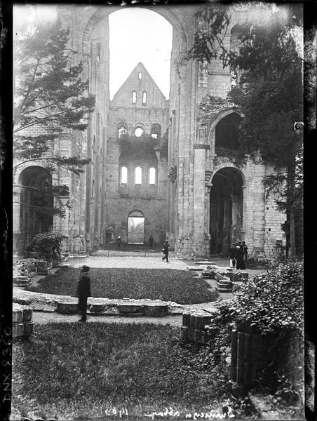 Ruines de l'église abbatiale, intérieur : nef, transept et revers de la façade ouest, vue prise du choeur