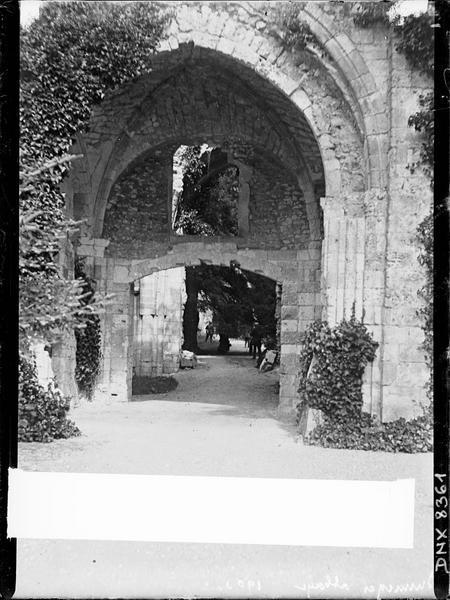 Ruines de l'église abbatiale, intérieur : arcs et voûte