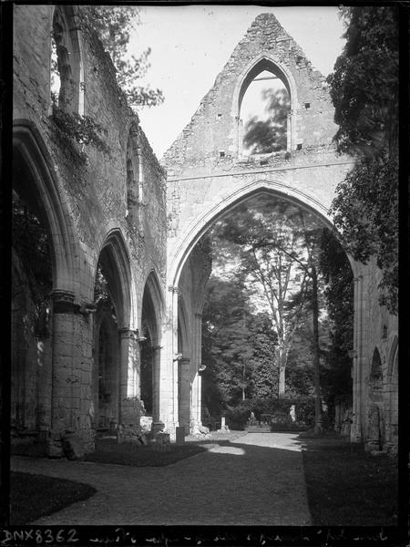 Ruines de l'église Saint-Pierre, intérieur : arcs et pignon