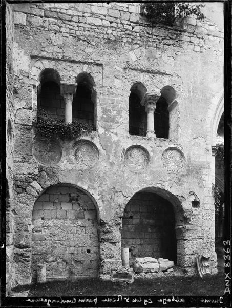 Ruines de l'église Saint-Pierre, intérieur : partie carolingienne, fenêtres géminées