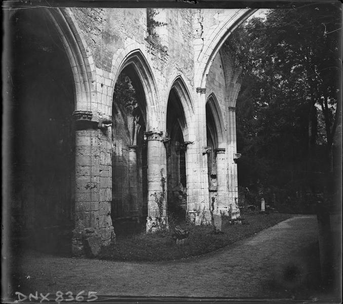 Ruines de l'église Saint-Pierre, intérieur : piliers et arcs