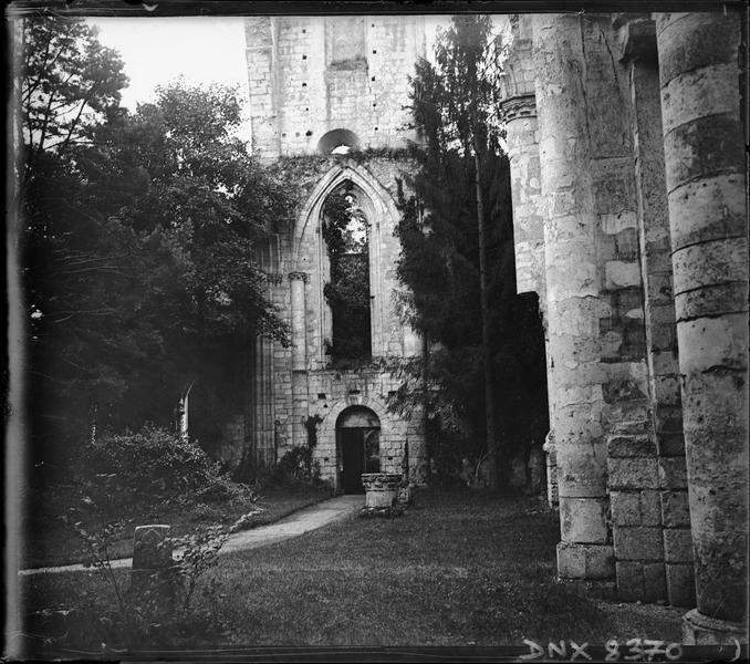 Ruines de l'église abbatiale, intérieur : transept sud